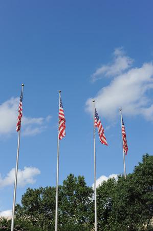 bandera blanca: Cuatro banderas de Estados Unidos volando en un d�a claro brillante en San Antonio Texas. Foto de archivo