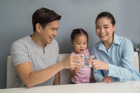 Meninas e pais acordam para beber água pela manhã.