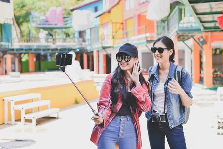 les touristes prennent des photos dans la ville