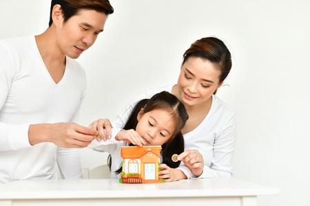 親はお金を貯めるために子供たちを教えている。