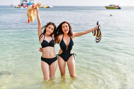 Beautiful woman wearing a swimsuit playing in the beach. 免版税图像 - 91550192