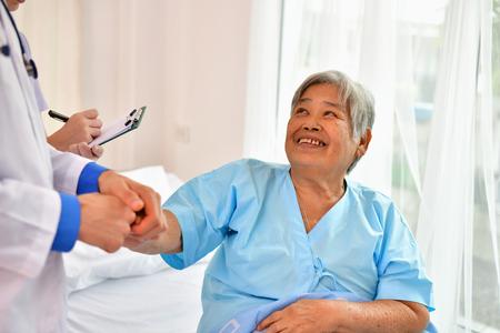 치유의 개념, 의사는 노인을 치료입니다. 스톡 콘텐츠