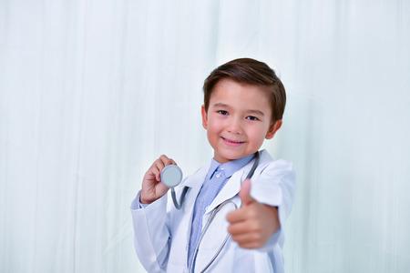 若い医師の概念、若い医者は白い背景に微笑んでいます。