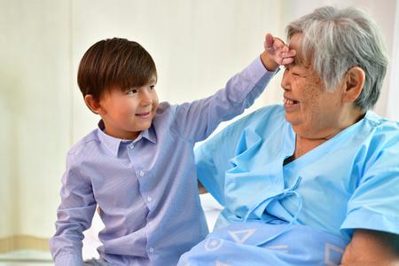 환자 개념, 할머니는 병원에 있고, 누군가가 방문하기를 기다리고있다.