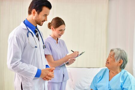 치유의 개념, 의사는 노인을 치료입니다.