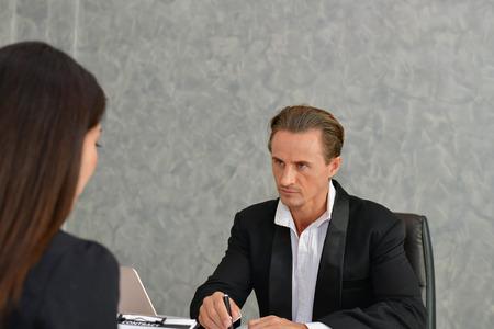 Concetti aziendali. Businesspeople sta lavorando in ufficio. Gli uomini d'affari sono seri. Uomini d'affari, parlano e comunicano. Gli uomini d'affari lavorano seriamente in ufficio.