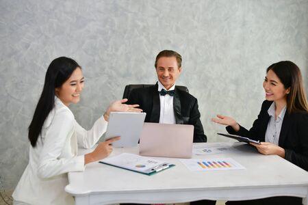 Concetti aziendali. L'uomo d'affari sta lavorando in ufficio. Gli uomini d'affari lavorano felicemente e si rilassano. Gli uomini d'affari sono seri. Uomini d'affari, parlano e comunicano.