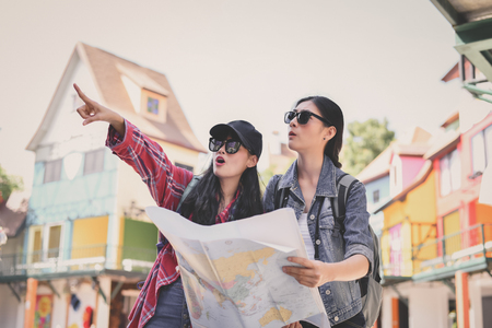Reizen en ontspannen Concepten, toeristen nemen foto's in de stad. Aziatische meisjes reizen graag. Het mooie meisje ontspant Reizen. Aziatische meisjes reizen door Azië.