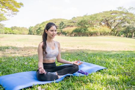 Yoga-Konzept. Asiatische schöne Frauen trainieren inmitten der Natur. Schönes Mädchen, das mit Frische trainiert. Standard-Bild