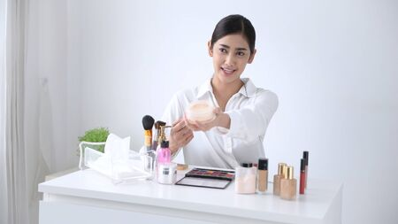 Beauty concept. Asian girls are teaching makeup over the internet. Stockfoto