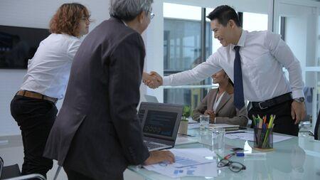 Concepts commerciaux. Le jeune homme négocie pour les affaires et le succès. Résolution 4K.
