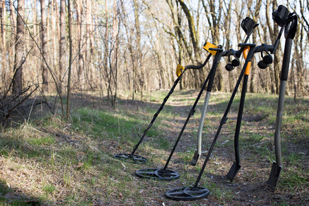 gold shovel: Search for coins with metal detectors and shovels.