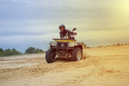 Racing ATV is sand. Banque d'images
