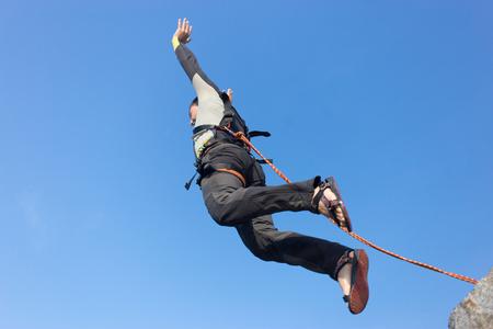 bungee jumping: Saltar desde el acantilado con una cuerda. Foto de archivo