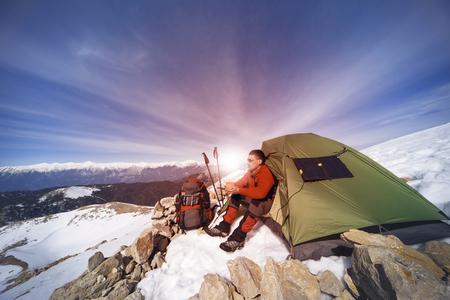 冬の山の上にキャンプ。 写真素材