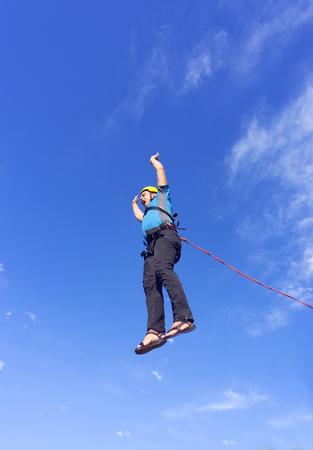 caida libre: El primer salto al precipicio con una cuerda de seguridad. Foto de archivo