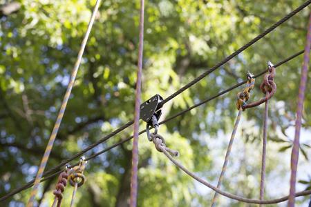 caida libre: Sistema de cuerda de seguro para saltar. Foto de archivo