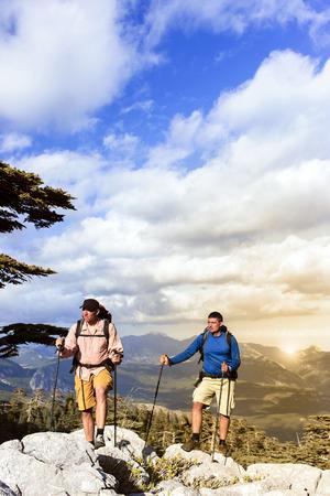 Zomer wandelen in de bergen met een rugzak.
