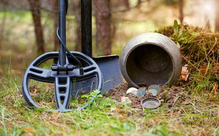 Recherche de trésor avec un détecteur de métaux et une pelle dans la forêt. Banque d'images - 77034183