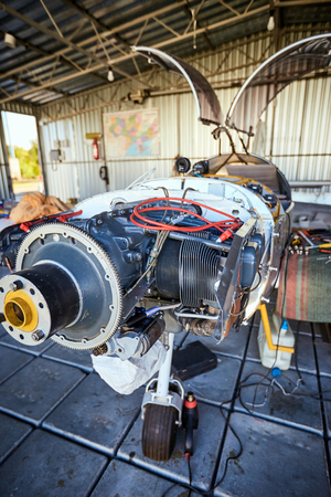 Light  single-engine aircraft for maintenance of the engine in the hangar . Imagens