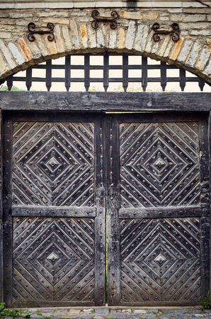 Old traditional wooden doors in the countryside in summer. Standard-Bild - 125139621
