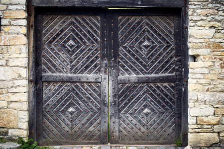 Old traditional wooden doors in the countryside in summer. Standard-Bild - 125139622