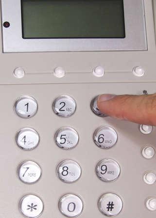 dedo indice: Preesing dedo �ndice sobre el bot�n de tel�fono  Foto de archivo