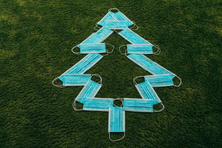 Christmas Blue Tree Made of Medical Masks on a Green Background Zdjęcie Seryjne