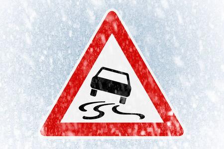 garage automobile: La conduite en hiver - la neige sur un pare-brise de glace recouvert de panneau d'avertissement Banque d'images