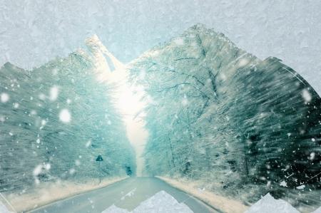 oorzaken: Rijden in de winter - slecht zicht veroorzaakt gevaarlijke rijsituaties Stockfoto