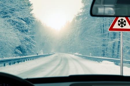 manejando: conducir en invierno - camino cubierto de nieve