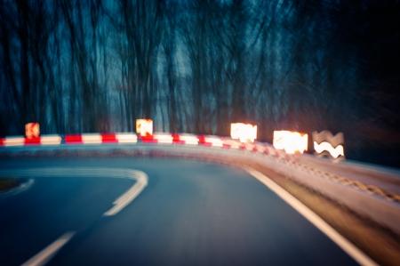voorzichtigheid, bochtige weg in de nacht - Let op - rijden op een bochtige landweg Stockfoto