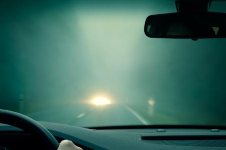 slecht weer rijden - mistige wazige landweg - tegenliggers Stockfoto