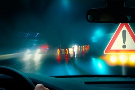 slecht weer rijden - rijden in het donker - voorzichtigheid Stockfoto