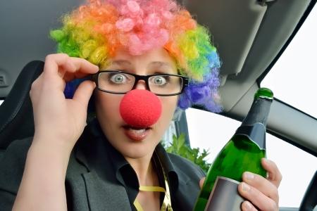 nariz roja: un vino de la mujer chaqueta sosteniendo en coche
