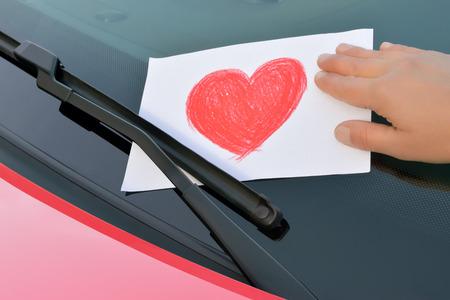 liefde bericht onder een ruitenwisser