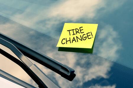 garage automobile: Note collante sur un pare-brise - changement de pneu Banque d'images