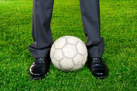 jugando futbol: carrera - hombre de negocios que juega con el balón de fútbol