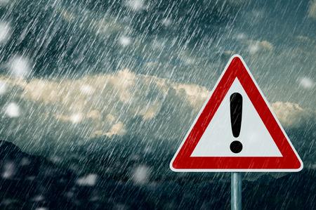 mauvais temps - prudence - panneau d'avertissement Banque d'images