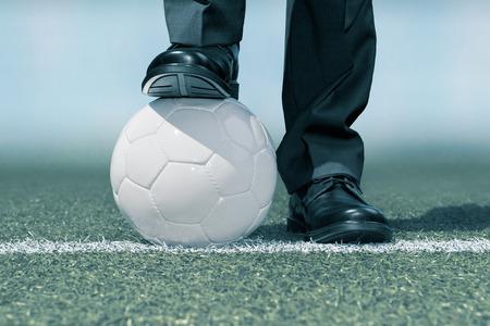 pelota de futbol: Hombre de negocios con un bal�n de f�tbol
