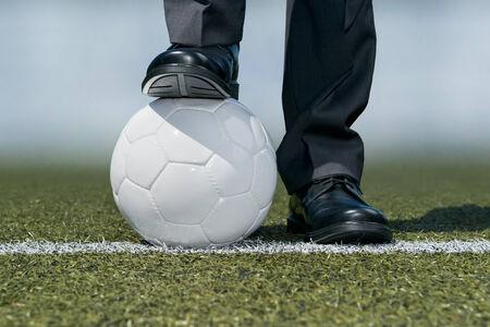 Hombre de negocios con un balón de fútbol