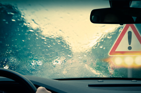 rain weather: El mal tiempo de conducci�n - Precauci�n Foto de archivo