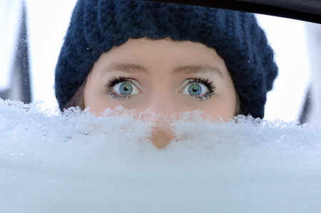 Rijden in de winter - de vrouw op zoek naar de auto Stockfoto