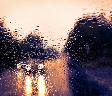 Le mauvais temps de conduite sur une route