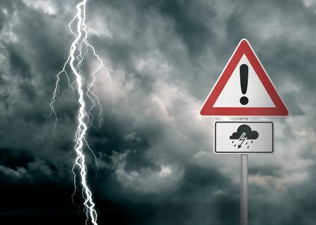 Voorzichtigheid - Thunder Storm Ahead - Een donkere bewolkte hemel met een bliksemschicht en een waarschuwing op de voorgrond - computer gegenereerde afbeelding