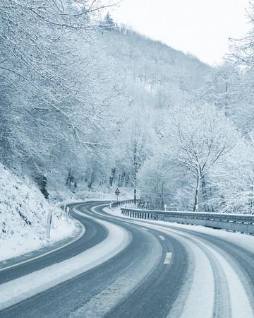 manejando: Conducir en invierno - Curvy Nevado Carretera Foto de archivo