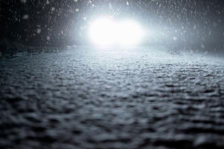 Winter Driving - Snowy Foggy Road at Night Standard-Bild