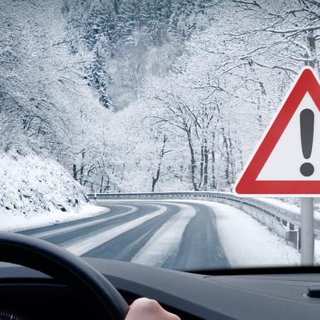 Conducir en invierno - Precaución nieve - Curvy Nevado Carretera Foto de archivo - 34670230
