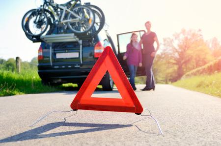 Car Trouble - familie is blij aankomen weg bijstand Stockfoto