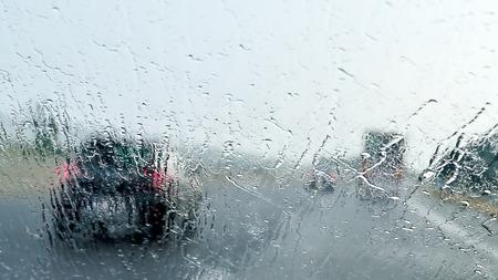 Slecht Weer Rijden slecht zicht veroorzaakt door zware regen en sproeiwater